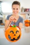 De close-up op Halloween-emmerhoogtepunt van truc of behandelt suikergoed royalty-vrije stock fotografie