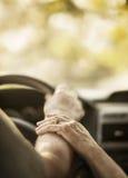 De close-up overhandigt bejaarde persoon door auto Stock Afbeeldingen