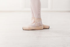De close-up van ballerinabenen in derde positie Royalty-vrije Stock Afbeelding
