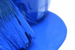 De close-up van blauwe verf kan met borstel stock afbeelding