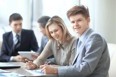 De close-up van commercieel team werkt met de financiële programma's in de werkplaats in het bureau stock foto's