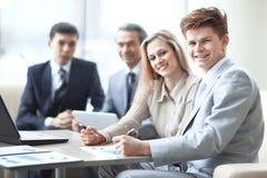 De close-up van commercieel team werkt met de financiële programma's in de werkplaats in het bureau royalty-vrije stock fotografie