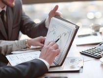 De close-up van commercieel team werkt met de financiële programma's royalty-vrije stock foto