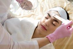 De Close-up van Cosmetologistapplying face mask stock foto