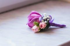 De close-up van de bruidegom boutonniere royalty-vrije stock afbeeldingen