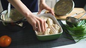 De close-up van de handen van de vrouwenkok gezet in pan chiken vleugels thuis in keuken stock videobeelden
