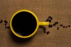 De Close-up van de koffiemok - Hoogste Mening met Bonen Stock Fotografie