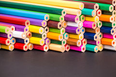De close-up van de potloodstapel met zwarte exemplaarruimte Royalty-vrije Stock Afbeeldingen