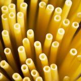 De close-up van de spaghetti die in ongebruikelijk gezichtspunt is ontsproten royalty-vrije stock afbeeldingen