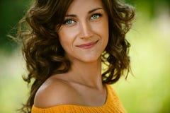De close-up van de vrouw in oranje sweater Stock Afbeelding