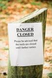 De close-up van een gevaar die sleept gesloten teken wandelen royalty-vrije stock foto's
