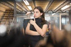 De close-up van een meisje kiest zwarte jeans in de opslag royalty-vrije stock afbeelding