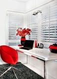 De close-up van een moderne het werkruimte met een rood zit een witte lijst n.v. voor Royalty-vrije Stock Afbeelding