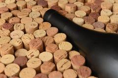 De close-up van een Pinot Noir-wijnfles door gebruikte wijn wordt omringd die kurkt Geen etiket royalty-vrije stock fotografie