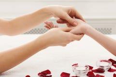 De close-up van de handmassage, acupressure Stock Foto's
