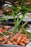 De close-up van heerlijke koningsgarnalen op een lokale markt van het straatvoedsel chatuchak brengt in Thailand, Azië op de mark Stock Afbeeldingen