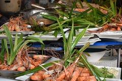De close-up van heerlijke koningsgarnalen op een lokale markt van het straatvoedsel chatuchak brengt in Thailand, Azië op de mark Royalty-vrije Stock Afbeeldingen