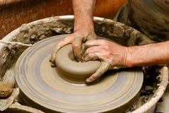 De close-up van het aardewerk handcraft bij het gelijk maken van Grieks licht Royalty-vrije Stock Foto's