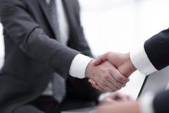De close-up van het bedrijfsmensen schudden overhandigt een overeenkomst Stock Foto