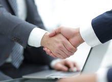 De close-up van het bedrijfsmensen schudden overhandigt een overeenkomst Royalty-vrije Stock Afbeeldingen