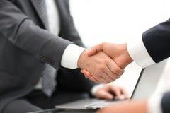 De close-up van het bedrijfsmensen schudden overhandigt een overeenkomst Stock Fotografie