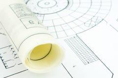 De close-up van het bouwplan met gerold document royalty-vrije stock afbeelding