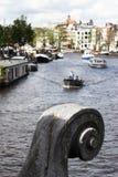 De close-up van het brugornament, boten op Amstel, Amsterdam Stock Fotografie