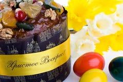 De close-up van het dessertpaskha van Pasen, eieren, gele narcissen  Royalty-vrije Stock Afbeelding