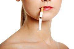 De close-up van het gezicht met een sigaret. Royalty-vrije Stock Afbeeldingen