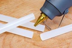 De close-up van het lijmkanon met lijm plastic staven Stock Foto's