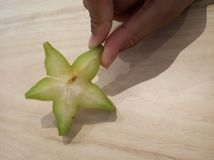 De close-up van het sterfruit houdt door vingers royalty-vrije stock foto