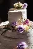 De close-up van de huwelijkscake bij een echte ontvangst en het eind van de partij - Close-up royalty-vrije stock foto's