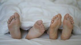 De close-up van jong mooi en het houden van paarspel en danst hun voeten stock videobeelden