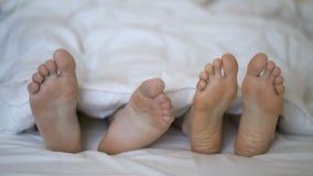 De close-up van jong mooi en het houden van paarspel en danst hun voeten stock video