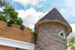 De close-up van de kasteelkoepel op blauwe hemel met wolkenachtergrond royalty-vrije stock afbeeldingen