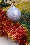 De close-up van Kerstmisballen en de groene spar vertakken zich, de nieuwe kaart van de jaaruitnodiging Stock Fotografie
