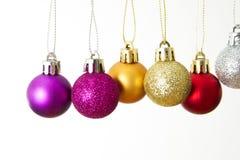 De close-up van Kerstmisballen op een witte achtergrond wordt geïsoleerd die Stock Foto's