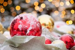 De close-up van Kerstmisdecoratie met sneeuw wordt behandeld die stock foto