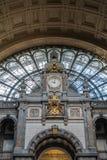 De close-up van klok en wapenschild bij de Centrale Post van Antwerpen, is royalty-vrije stock afbeeldingen