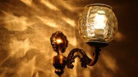 De close-up van lamp op muur in woonkamer, muurlamp zet en weg aan stock videobeelden