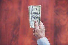 De close-up van mensenhanden telt ons dollar mone bedrijfsconcept stock foto