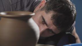 De close-up van pottenbakker leidt tot product op het wiel van de pottenbakker stock footage