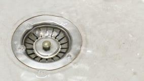 De close-up van de stop van de keukengootsteen als bassin wordt gevuld met water stock video