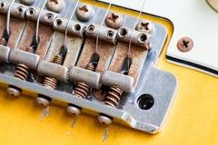 De close-up van uitstekende gitaarbrug en beëindigt barst royalty-vrije stock afbeelding