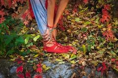 De close-up van vrouwenbenen en dient yogarek in stelt in kleurrijk stock foto