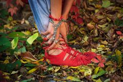 De close-up van vrouwenbenen en dient yogarek in stelt in kleurrijk stock afbeeldingen
