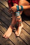 De close-up van vrouwenhanden en de voeten met de bohozomer vormen details Royalty-vrije Stock Afbeeldingen