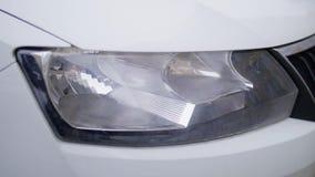 De close-up van witte moderne auto ging in de lege straat met het knipperen van koplampen weg stock videobeelden