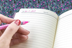De close-up van woman's overhandigt klaar om op persoonlijke agenda in n te schrijven Royalty-vrije Stock Afbeelding