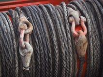 De close-up van zware draden op een kabel windt op zee stock afbeelding